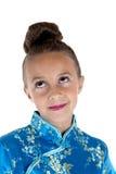 Portret van een jong meisje die in oosterse kleding omhoog kijken Stock Foto's