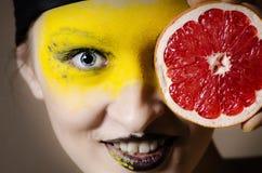 Meisje met grapefruit Stock Foto's