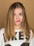 Portret van een jong meisje in een t-shirt stock foto's