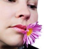 Portret van een jong meisje met bloem in mond Stock Fotografie