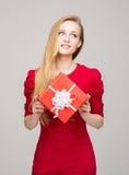 Portret van een jong meisje met een doos van de Kerstmisgift Stock Fotografie