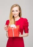 Portret van een jong meisje met een doos van de Kerstmisgift Royalty-vrije Stock Afbeeldingen