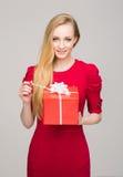 Portret van een jong meisje met een doos van de Kerstmisgift Stock Foto's