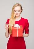 Portret van een jong meisje met een doos van de Kerstmisgift Royalty-vrije Stock Foto's