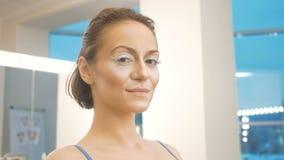 Portret van een jong meisje met grote wimpers Voorbereiding voor een artistieke fotospruit stock videobeelden