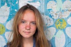 Portret van een jong meisje, oude vuile muur op de achtergrond outdoors Royalty-vrije Stock Afbeelding
