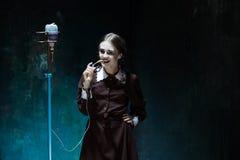 Portret van een jong meisje in school eenvormig als vampiervrouw royalty-vrije stock foto