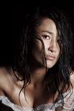 Portret van een jong model met nat haar en regendruppels op haar huid stock foto