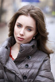 Portret van een Jong modieus donkerbruin meisje in een grijs benedenjasje Stock Fotografie