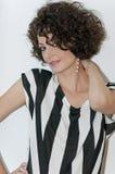 Portret van een jong mooi krullend brunette Royalty-vrije Stock Foto's