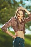 Portret van een jong mooi meisje, gekleed in de stijl van het land, wi Stock Foto