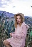 Portret van een jong mooi meisje in een hoed Prachtig glimlachend Met licht-donkere huidkleur Zij bevindt zich buiten in de prair stock fotografie