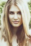 Portret van een jong mooi redhairmeisje buiten bij zonsondergang stock foto's