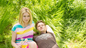 Portret van een jong paar die op het gras liggen Royalty-vrije Stock Foto