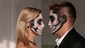 Portret van een jong paar in het Halloween-masker Close-up stock videobeelden