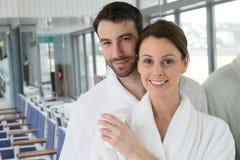 Portret van een jong paar in kuuroordcentrum het ontspannen royalty-vrije stock fotografie