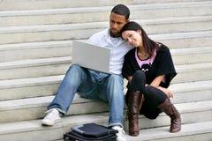 Portret van een jong paar met laptop stock foto