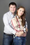 Portret van een jong paar op grijze achtergrond Stock Afbeeldingen