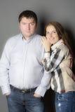Portret van een jong paar op grijze achtergrond Royalty-vrije Stock Foto
