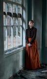Portret van een jong roodharig meisje in een uitstekende stijl stock fotografie