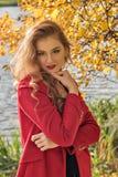 Portret van een jong schuw terughoudend meisje in de herfst royalty-vrije stock foto