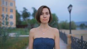 Portret van een jonge, aantrekkelijke vrouw in de straat stock footage