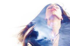 Portret van een jonge aantrekkelijke vrouw en wolken in de hemel, dubbele blootstelling Dromen en ziel, stock afbeeldingen