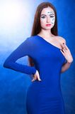 Portret van een jonge aantrekkelijke vrouw met een blauw gezichtsart. stock foto