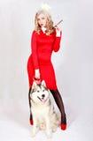 Portret van een jonge aantrekkelijke vrouw met een schor hond royalty-vrije stock afbeeldingen