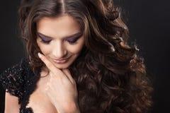Portret van een jonge aantrekkelijke vrouw met schitterend krullend haar Aantrekkelijke brunette royalty-vrije stock foto's