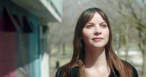 Portret van een jonge, aantrekkelijke vrouw in een stedelijk stadsmilieu stock videobeelden