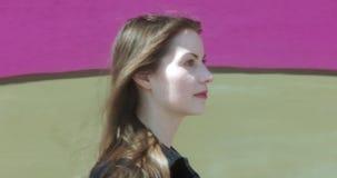 Portret van een jonge, aantrekkelijke vrouw in een stedelijk stadsmilieu stock footage