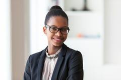 Portret van een jonge Afrikaanse Amerikaanse bedrijfsvrouw - Zwarte peop Royalty-vrije Stock Afbeeldingen
