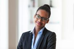 Portret van een jonge Afrikaanse Amerikaanse bedrijfsvrouw - Zwarte peop Stock Fotografie