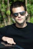 Portret van een jonge atletische mens met zonnebril Stock Foto's