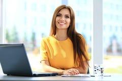 Portret van een jonge bedrijfsvrouw die laptop met behulp van stock fotografie