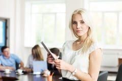 Portret van een jonge bedrijfsvrouw met een tabletcomputer bij Stock Foto