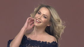Portret van een jonge blonde vrouw in make-up stock videobeelden
