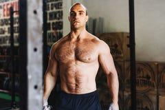 Portret van een jonge bodybuilder die tijdens training rusten Stock Foto's