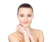 Portret van een jonge die vrouw in make-up op wit wordt geïsoleerd Stock Foto's