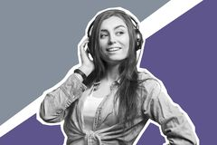 Portret van een jonge donkerbruine vrouw die aan de muziek met hoofdtelefoons luisteren Levensstijl, mensen en technologieconcept royalty-vrije stock foto