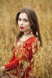 Portret van een jonge donkerbruine vrouw in rode kleding Royalty-vrije Stock Foto
