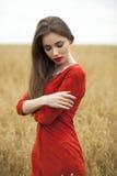 Portret van een jonge donkerbruine vrouw in rode kleding Royalty-vrije Stock Afbeelding
