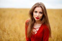 Portret van een jonge donkerbruine vrouw in rode kleding Royalty-vrije Stock Afbeeldingen