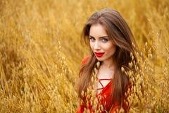 Portret van een jonge donkerbruine vrouw in rode kleding Stock Afbeelding