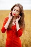 Portret van een jonge donkerbruine vrouw in rode kleding Royalty-vrije Stock Fotografie
