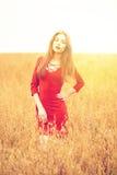 Portret van een jonge donkerbruine vrouw in rode kleding Royalty-vrije Stock Foto's