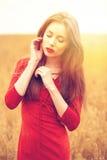Portret van een jonge donkerbruine vrouw in rode kleding Stock Fotografie
