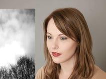 Portret van een Jonge en Vrouwendag die Nadenkend dromen kijken royalty-vrije stock afbeelding