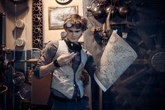 Portret van een jonge gekke wetenschapperreiziger in een steampunkstijl royalty-vrije stock foto's